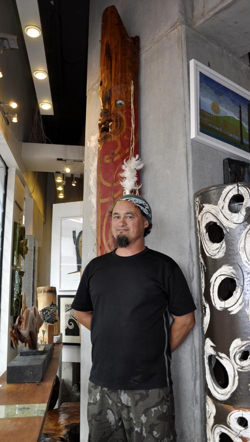 Warren McGrath installs 3 metre tall Waka Maumahara Kura Gallery Maori Art Design